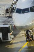 Обслуживание пассажирского самолета перед полетом в аэропорту. — Стоковое фото