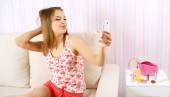 Attractive girl with a smartphone — Stock Photo