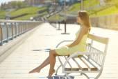 Chica atractiva en un vestido amarillo — Foto de Stock