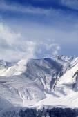 冬の雪に覆われた山 — ストック写真