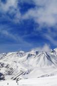 Montañas de invierno cubierto de nieve y esquí — Foto de Stock