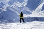 Snowboarder on top of off-piste slope at windy day — Stock Photo