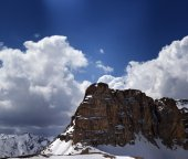 Panorama of snowy rocks and sky with sunbeam in nice spring day — Foto Stock