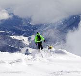 Freeriders op off-piste helling en bergen in waas — Stockfoto
