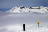 Warning sing, snowboard on off-piste and mountains in fog — Stock Photo