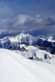 Off-piste snowy slope and cloudy mountains — Stock Photo