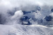 Off-piste slope in sunlight clouds — Stock Photo