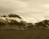 Sepia mountains in haze at sunny evening — Foto de Stock
