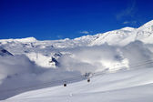 Off-piste snowy slope and cable car at nice day — ストック写真