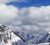 Winter snowy mountains in clouds at nice day — Stock Photo