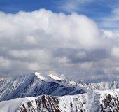 Vintern snöiga bergen och himlen med moln på trevlig dag — Stockfoto