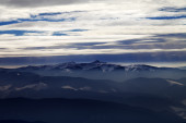 Silhouettes of cloudy mountains in evening — Stock Photo