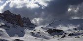 Панорамный вид на заснеженные горы в тучи — Стоковое фото