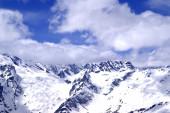 Schneebedeckte Berge am Tag der Sonne — Stockfoto