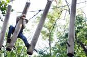 Enfant dans un parc d'activité aventure escalade — Photo
