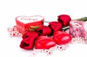 Červené srdce svíčky, tulipány, náhrdelníky a dárkové krabice — Stock fotografie