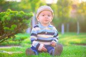 маленький мальчик, играя на зеленой траве — Стоковое фото