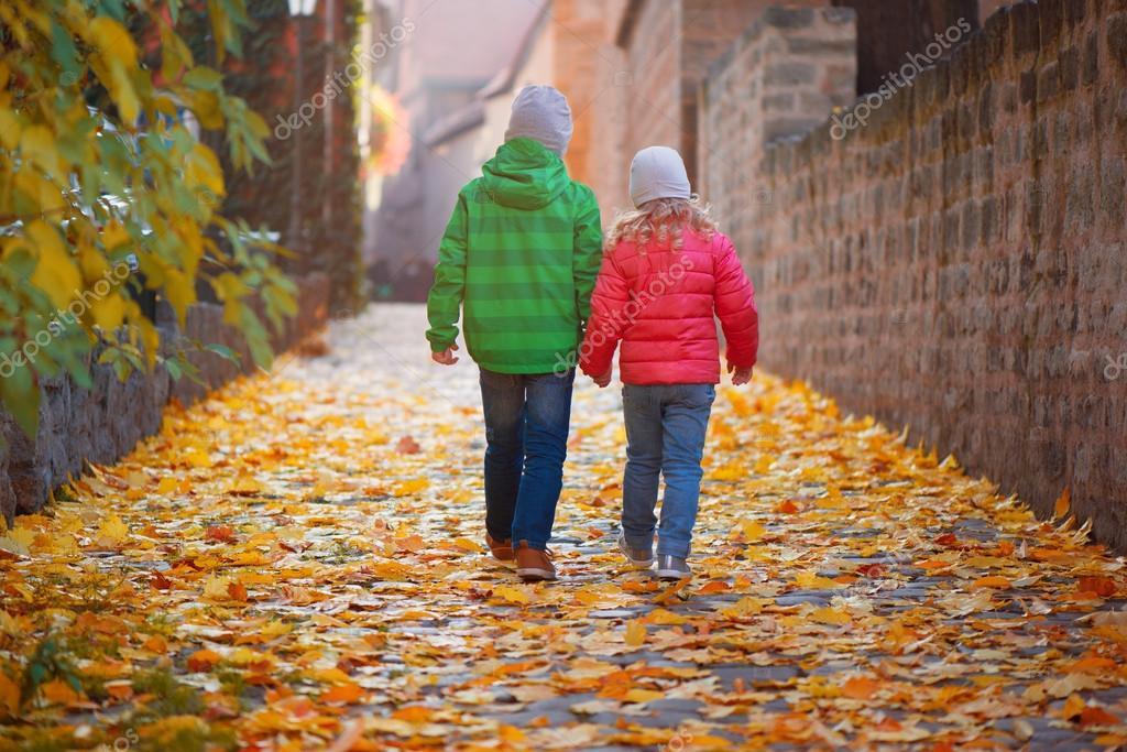 В чем ходят осенью дети
