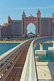 Atlantis hotel en monorail trein in dubai — Stockfoto