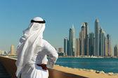 Man looks  at buildings in Dubai Marina — Stock Photo