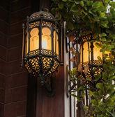 Traditional Arabic metal streetlight — Stock Photo