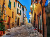 Narrow old street in Italy at night — 图库照片