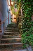 Narrow old street in Italy at night — Stockfoto
