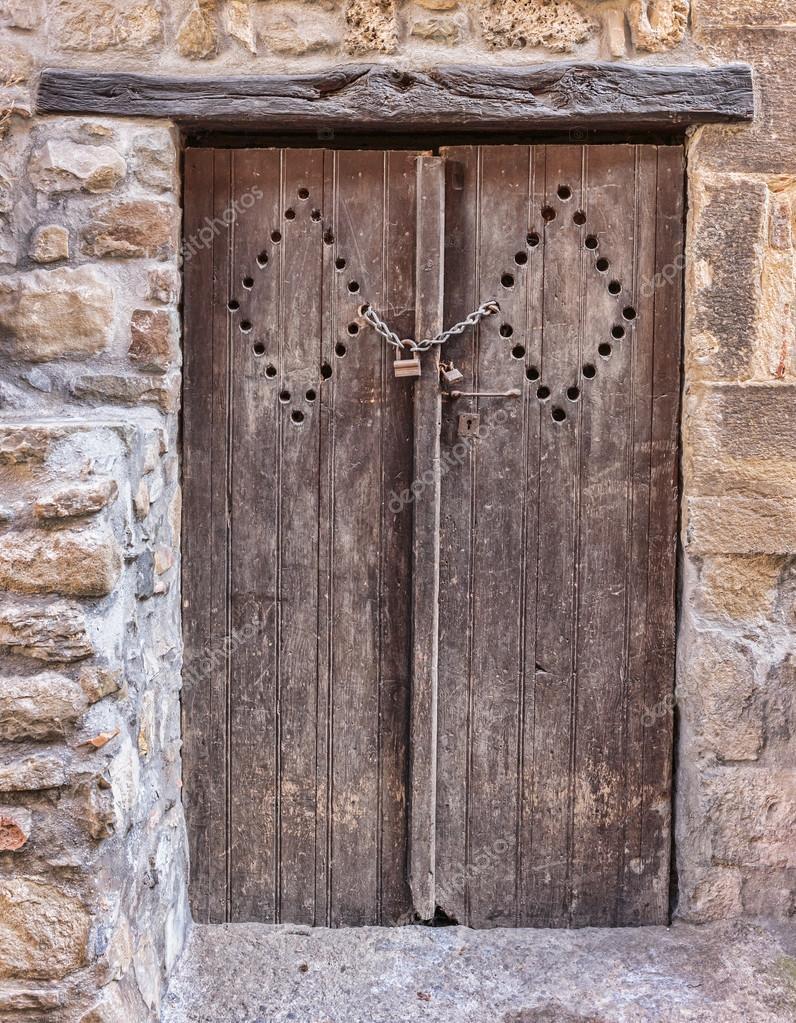 旧的木头门在入口处石头法国房子
