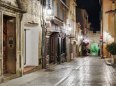 Narrow old street at night in Saint-Tropez — Stock fotografie