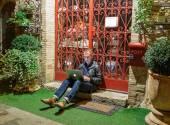 Man with laptop sitting on the doorstep — Stock Photo