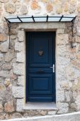 Old wooden door in stone house — Stock Photo