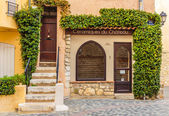 Entrance to the old French house — Stockfoto