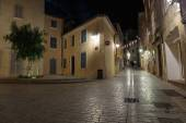 Narrow old street at night in Saint-Tropez — Stockfoto