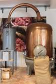 香水の生産のための古代の蒸留器 — ストック写真