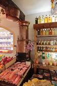 древняя лаборатория духов в деревне gourdon — Стоковое фото