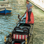 Постер, плакат: Gondolier rides gondola