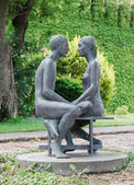 Statue young couple, Castle University — Stock Photo