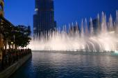 Noche ver baile fuentes de Dubai, Emiratos Árabes Unidos — Foto de Stock