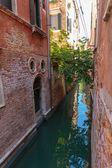 Canal étroit à Venise — Photo