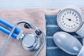 Monitor krevního tlaku a stetoskopem — Stock fotografie