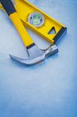 Construction level and claw hammer — Stock Photo