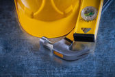 Hammer, construction level and building helmet — Stock Photo