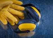 Ear muffs and leather construction gloves — Stock Photo