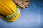 Working gloves, hard hat and glasses — Stock Photo