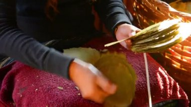 Video FullHD - Sorting of leaves for the manufacture of cigars. Inle Lake, Myanmar — Vídeo de stock