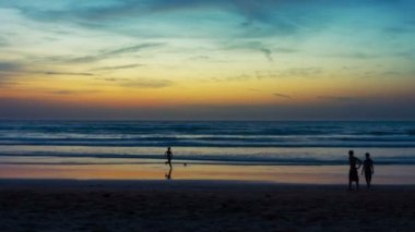 Video fullhd - groep jonge mensen met een bal spelen op het strand bij zonsondergang — Stockvideo