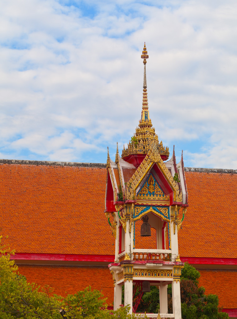 Beautiful bell tower on the territory of a Buddhist temple. Thai — Stock Photo