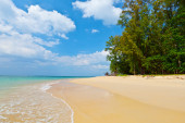 Daytime landscape with a beautiful beach and tropical sea — Stock Photo