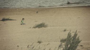Video 1080p - Sad kid sitting on a river bank — Stock Video