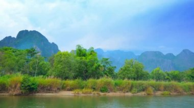 Video 1080p - Coast of the small river and mountains in the background. Laos, Vang Vieng — Stock Video